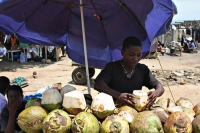 Foto van Selling coconuts in the streets - Ghana