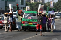 Foto de Traffic lights are the perfect spot for street sellers - Ghana