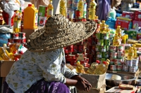 Foto van Woman with straw hat at the market of Accra - Ghana