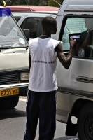 Foto van Trying to sell books to passengers of a van - Ghana