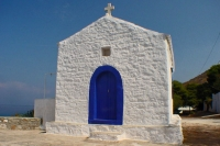 Photo de Chapel on Hydra in typical Greek colors - Greece