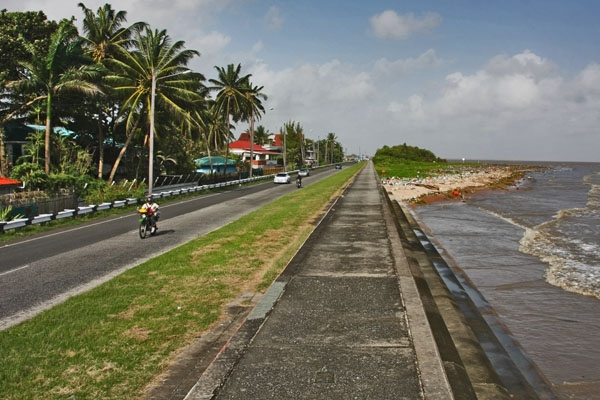 Enviar foto de Road by the sea and seawall in Georgetown de Guyana como tarjeta postal eletrónica