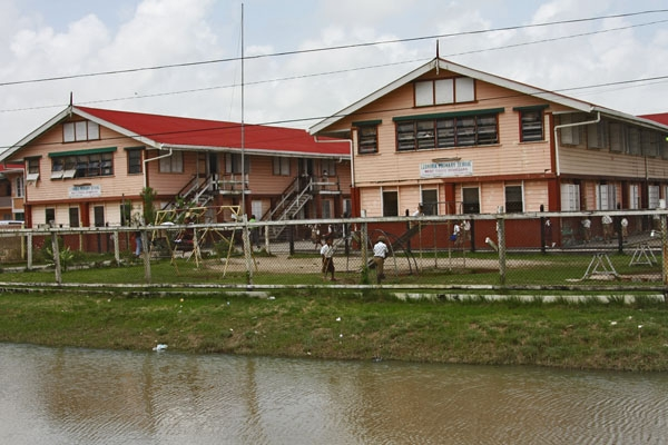 Envoyer photo de School in northern Guyana de Guyana comme carte postale électronique