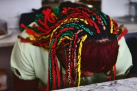 Foto de Woman with a colorful hairdo in Bartica - Guyana