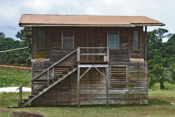 Envoyer photo de Wooden house in two floors in central Guyana de Guyana comme carte postale électronique