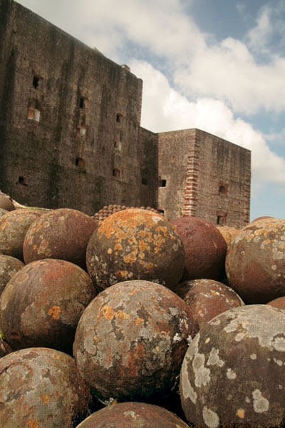 Spedire foto di Close-up of one of the many piles of cannonballs in Citadelle Laferrière di Haiti come cartolina postale elettronica