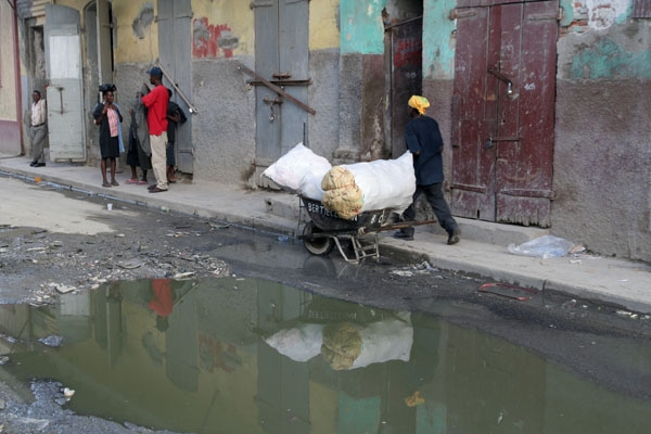 Spedire foto di Street and puddle in Cap Haitien di Haiti come cartolina postale elettronica