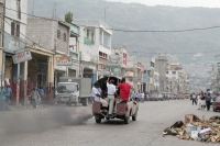 Photo de People riding a tap-tap in Port-au-Prince - Haiti