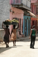 Photo de Women taking out trash in the streets of Cap Haitien - Haiti