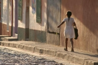Photo de Girl walking in a street in Copán - Honduras