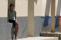 Foto van Girl sitting by a sidewalk in Erandique - Honduras