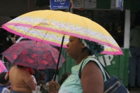 Foto van Honduran woman under umbrella - Honduras