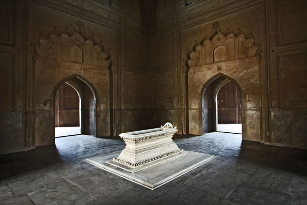 Send picture of Safdarjang's Tomb inside the mausoleum from India as a free postcard