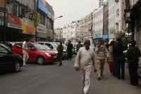 Photo de Pedestrians and cars in Delhi - India