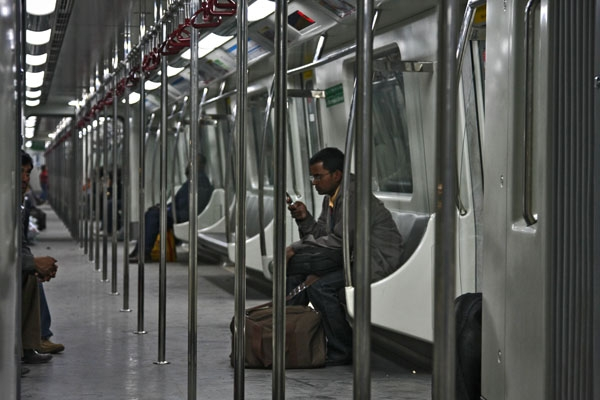 Envoyer photo de Inside a metro train in Delhi de Inde comme carte postale électronique
