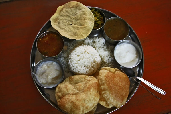 Stuur foto van Traditional Indian food with Poppadom, rice, sauces and yoghurt dips van India als een gratis kaart