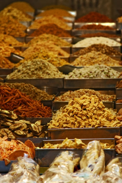 Send picture of Indian snacks in a Delhi food stall from India as a free postcard