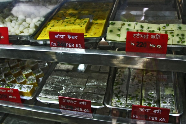 Enviar foto de Variations of barfi in a shop in Delhi de India como tarjeta postal eletrónica