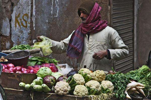 Enviar foto de Man selling vegetables in Delhi de India como tarjeta postal eletrónica