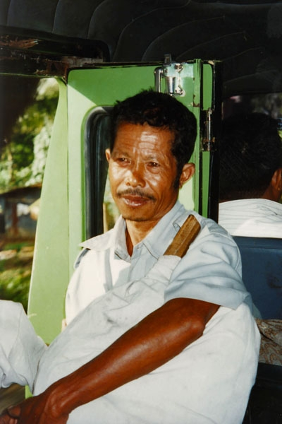 Envoyer photo de Man on a bus on Flores island de Indonésie comme carte postale électronique