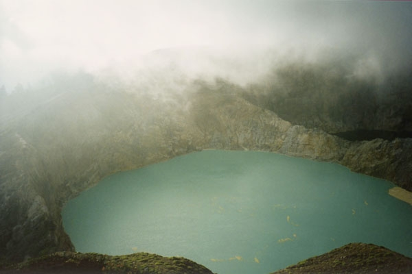Stuur foto van One of the crater lakes of Keli Mutu volcano, Flores island van Indonesi als een gratis kaart