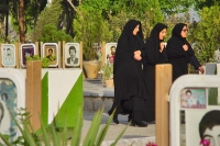 Foto de Women walking at The Rose Garden of Martyrs - Iran