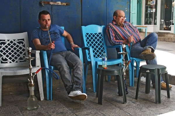 Spedire foto di Men smoking water pipe in East Jerusalem di Israele come cartolina postale elettronica