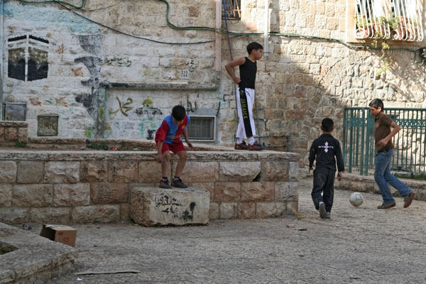 Spedire foto di Boys playing football in East Jerusalem di Israele come cartolina postale elettronica