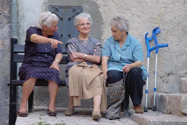 Spedire foto di Elderly women in a village in the Abruzzo region di Italia come cartolina postale elettronica
