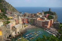 Foto de View over Vernazza port, Liguria - Italy