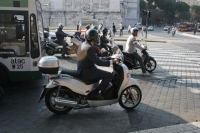 Photo de Scooters in Rome - Italy
