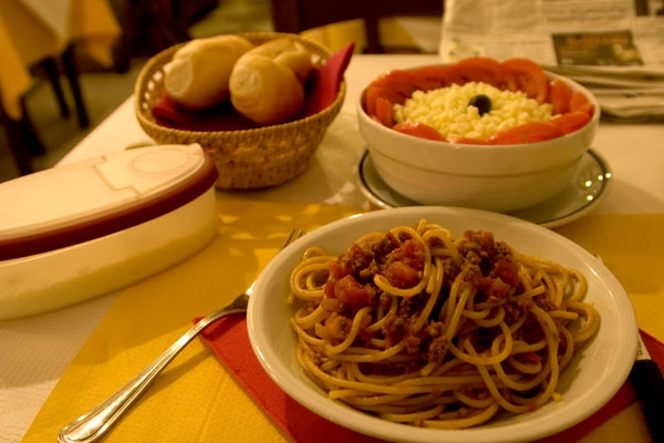 Envoyer photo de The typical Italian dish, spaghetti Bolognese de l'Italie comme carte postale électronique