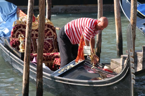 Spedire foto di Gondolier preparing his gondola di Italia come cartolina postale elettronica