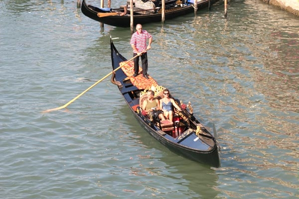 Send picture of Gondolier working from Italy as a free postcard