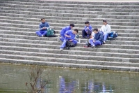 Foto van Japanese students relaxing in a park - Japan