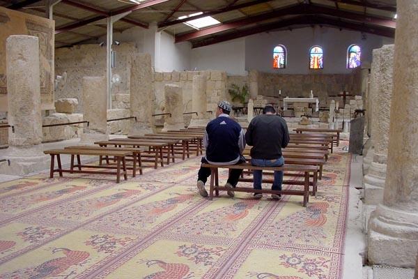 Stuur foto van Men praying in Monastery of Mount Nebo van Jordanië als een gratis kaart