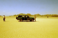 Foto van Driver and tourists taking a break in Wadi Rum desert - Jordan
