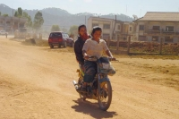 Photo de Women on a moped in Ponsavan - Laos
