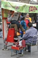Foto van Shoe shiner on Zocalo square in Mexico City - Mexico