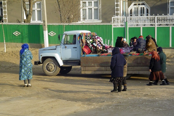 Enviar foto de Funeral procession in Colibasi de Moldavia como tarjeta postal eletrónica