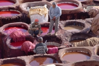 Photo de Leather being dyed in the tanneries in Fés - Morocco