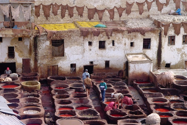 Envoyer photo de Men working in the tanneries de Maroc comme carte postale électronique