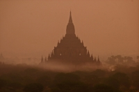 Photo de Bagan temple in the early morning mist - Myanmar (Burma)
