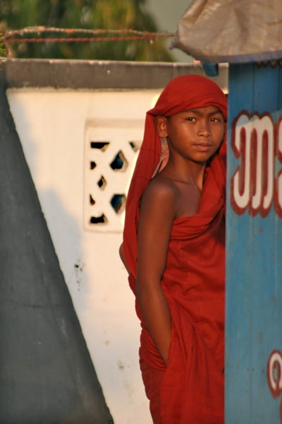 Envoyer photo de Young monk in Pathein de Myanmar (Birmanie) comme carte postale &eacute;lectronique