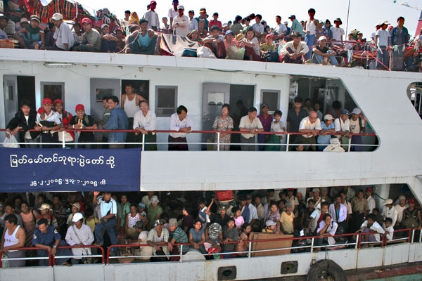 Enviar foto de Ferry taking off for a trip down Ayeyarwady river de Myanmar (Birmania) como tarjeta postal eletr&oacute;nica