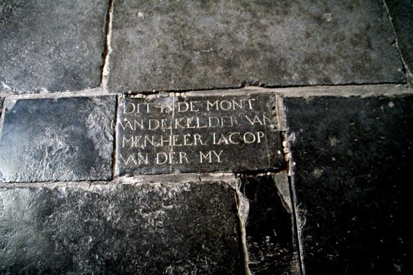 Stuur foto van One of the many gravestones in the floor of Pieterskerk in Leiden van Nederland als een gratis kaart