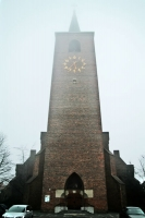 Foto van Church in Leiden on a foggy day - Netherlands