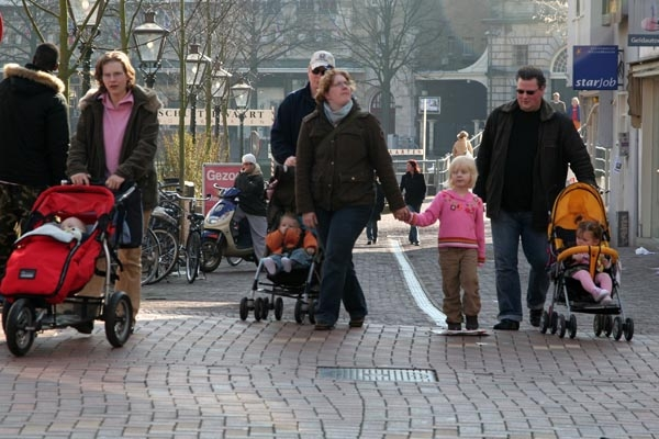 Envoyer photo de Dutch family enjoying the spring weather de les Pays-Bas comme carte postale &eacute;lectronique