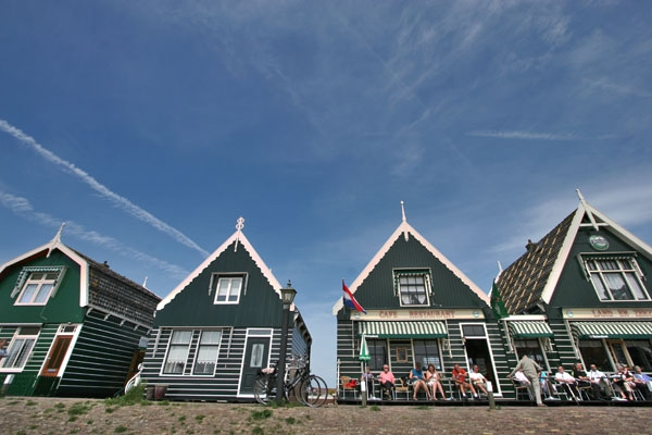 Stuur foto van People sitting out on a sunny day in Marken van Nederland als een gratis kaart