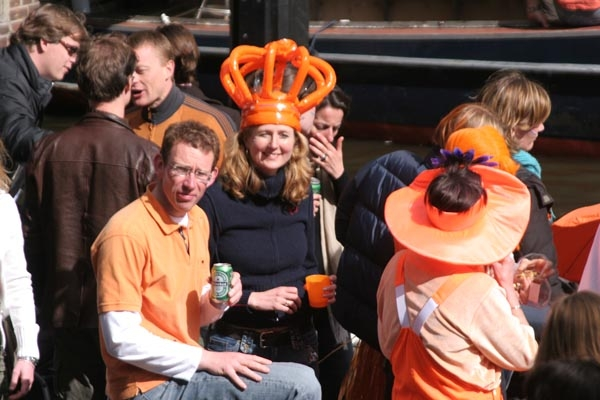 Enviar foto de Dutch people celebrating Queen's Day in Amsterdam de Paises Bajos como tarjeta postal eletr&oacute;nica